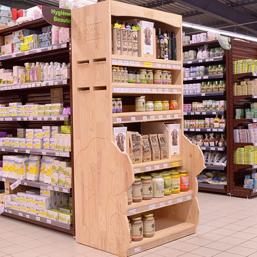 Un présentoir en bois pour les produits du terroir