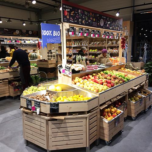 Un rayon fruits et légumes dans un magasin bio