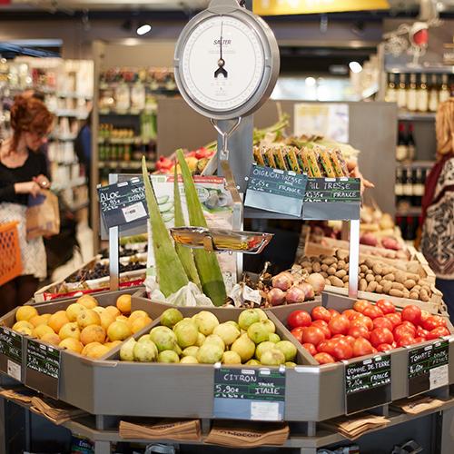 Un meuble fruits et légumes dans un magasin bio