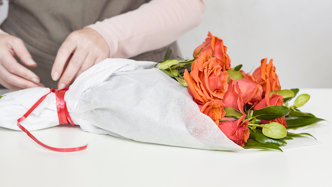 Wrapping flowers in tissue paper