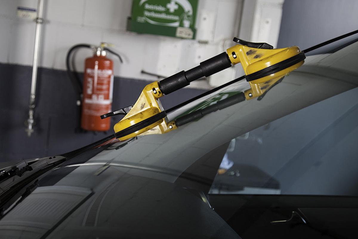 Glasklart vem som jobbar med bilglas - nytt personalliggarkrav för fordonsservice
