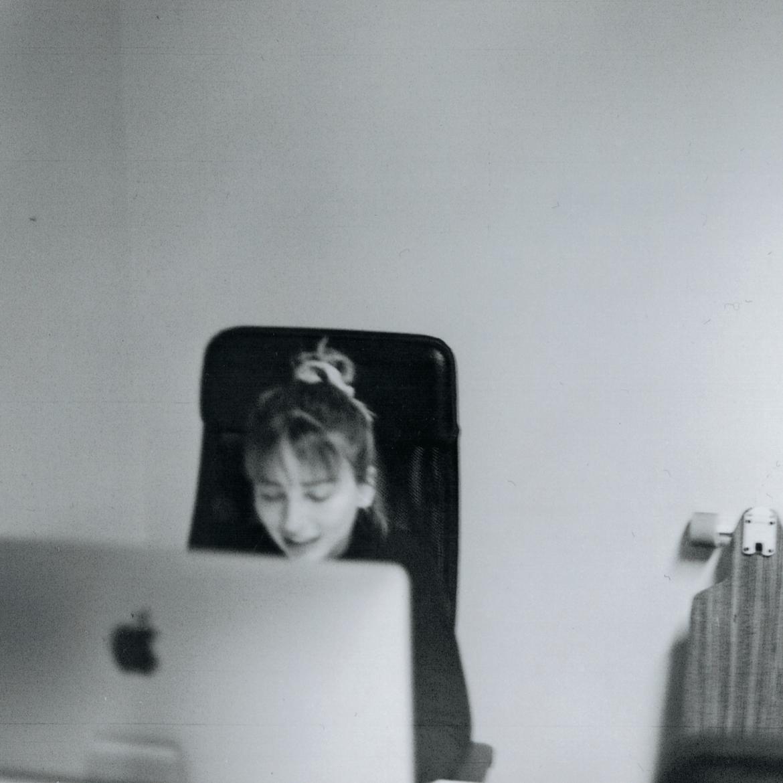 Maria am Schreibtisch beim UX Design