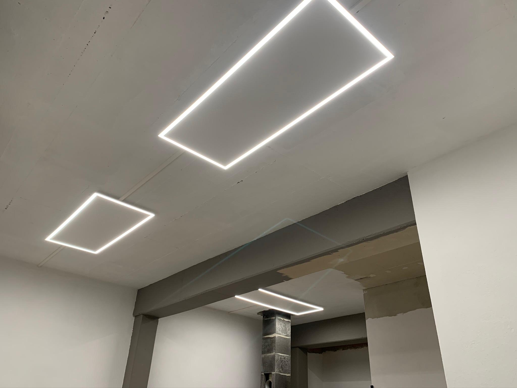 eine Infrarotheizung mit LED Rahmen an der Decke
