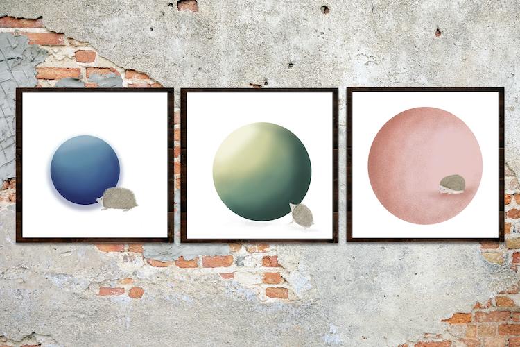 Drie egels met bollen in verschillende kleuren
