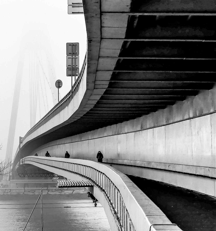Hmla nad mostom