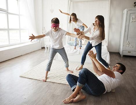 Una familia jugando en casa