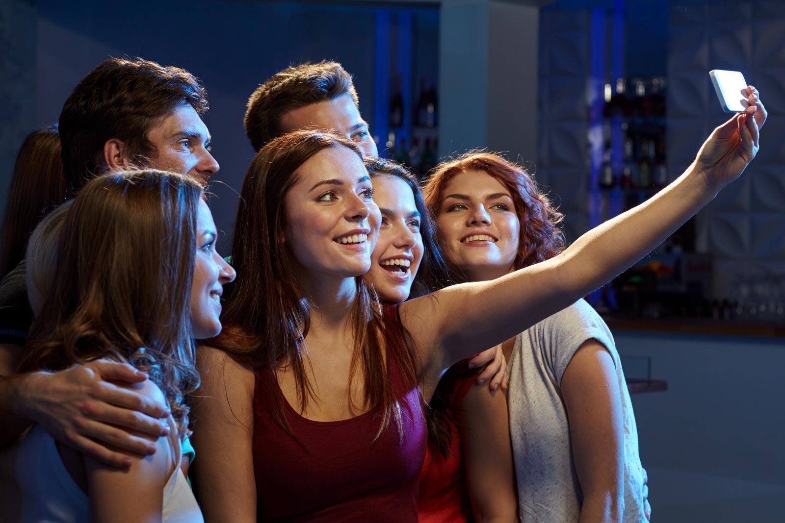 jongeren maken selfie voor selfie station