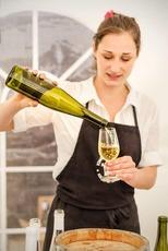 Bukovský nalévání vína