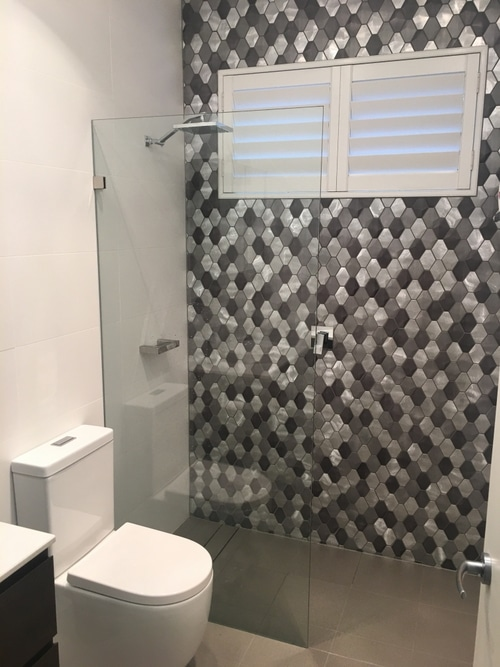 picture of bathroom with a round mirror