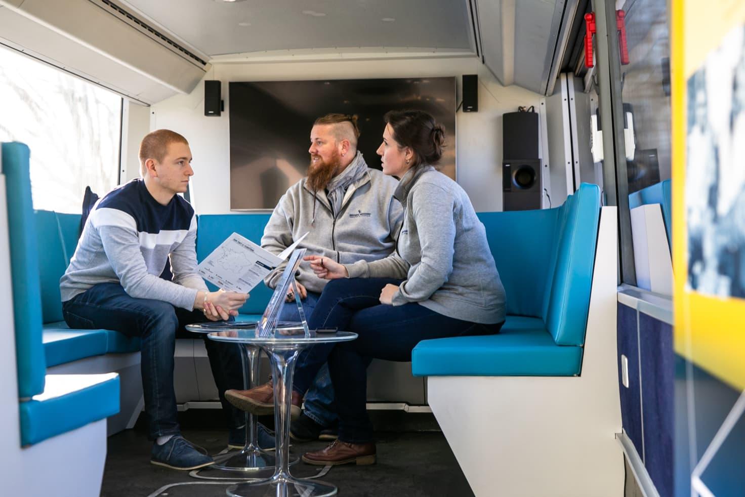 Un entretien d'embauche dans le Bus Recrutement du Groupe Mousset