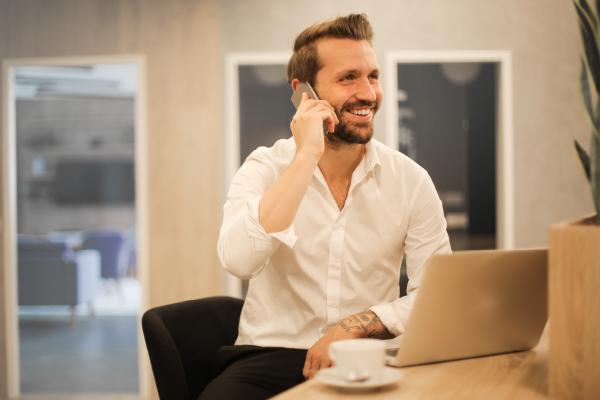Homme-heureux-telephone-promotion-interne