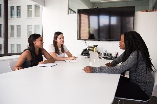 femmes-sourires-reunion-entretien-recrutement