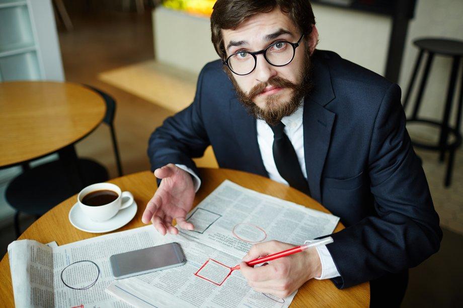 Homme-recruteur-annonces-papier