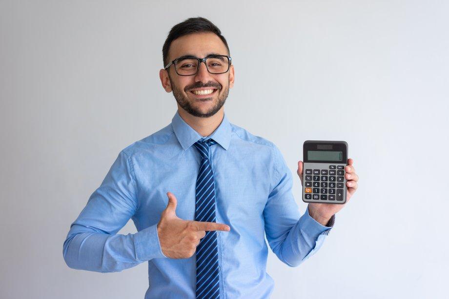 Homme qui calcule sa rentabilité