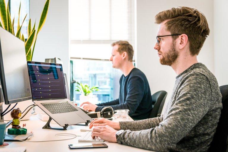 hommes travaillant au bureau