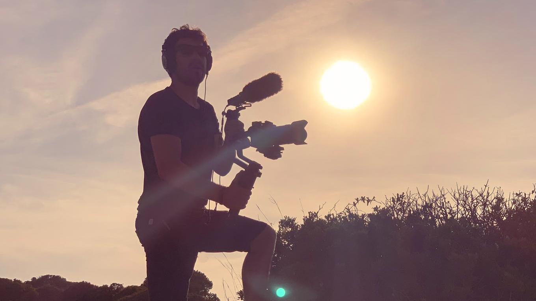 Videofilmer Jannes Eggen filmt an der Algarve bei Sonnenaufgang
