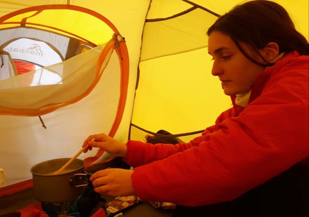 Aladağlar çadırda yemek pişirmek