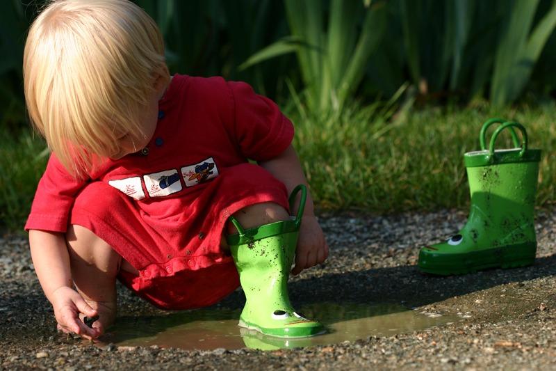 toprakla oynayan çocuk