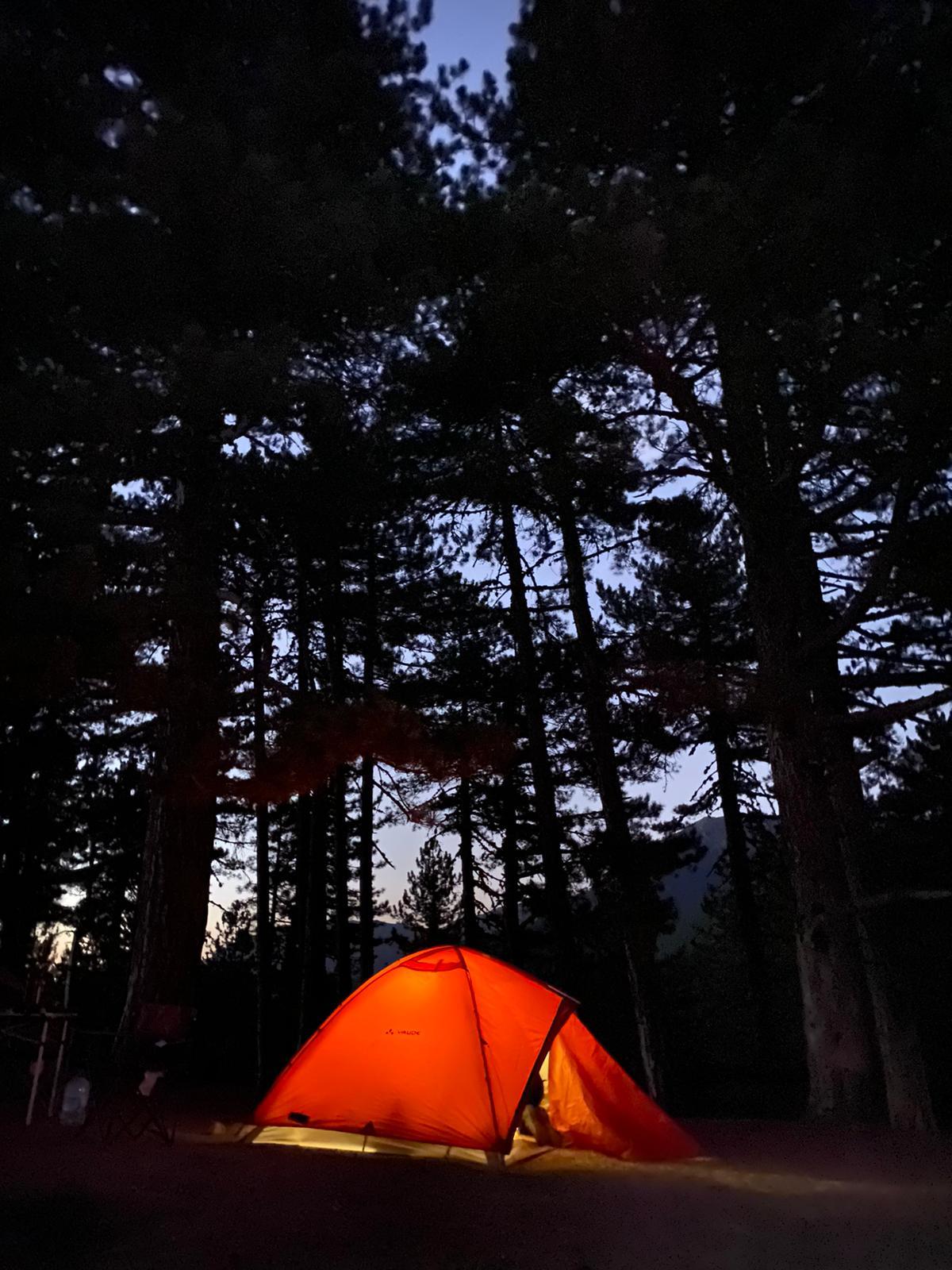 Dedegöl Dağı kamp alanı ağaçlar arasında turuncu çadır