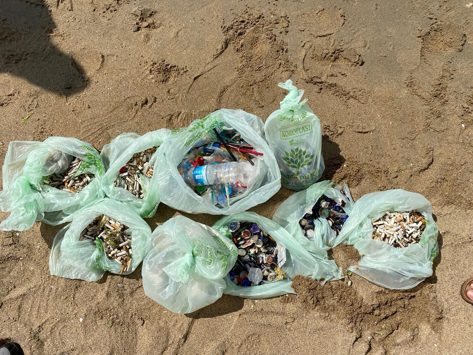 sahildeki çöpler