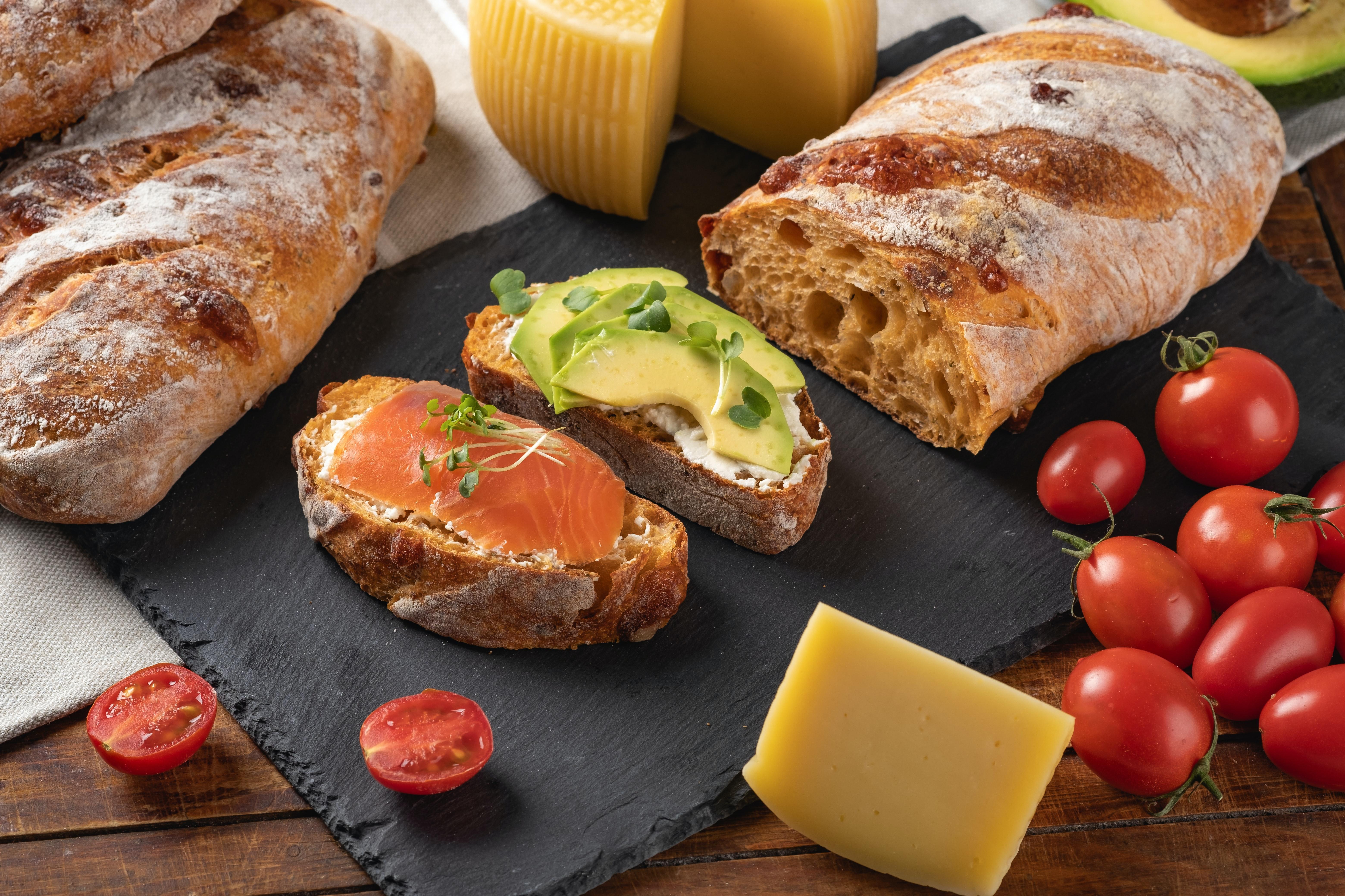 dalış ve beslenme somon ve avokadolu ekmek görseli