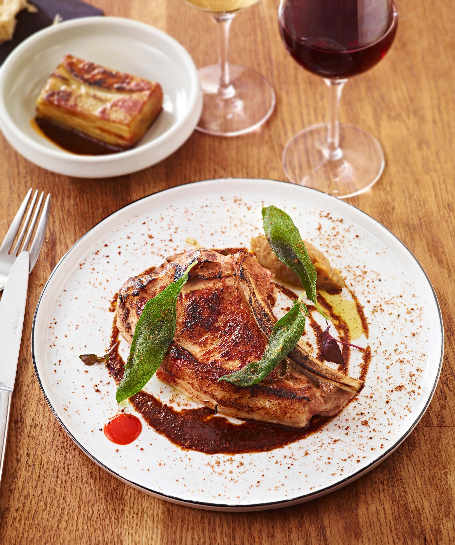 Cuisine gastronomique cote de veau et vin rouge