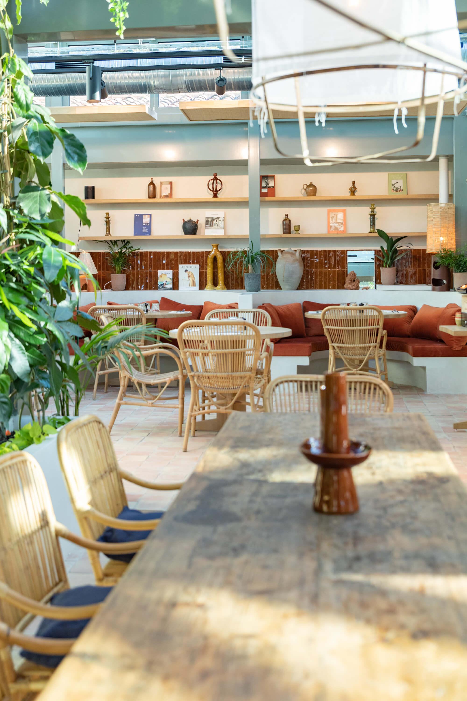 Banquettes exterieures avec vue sur piscine pour les dejeuners, diner, brunch ou apéro d'été