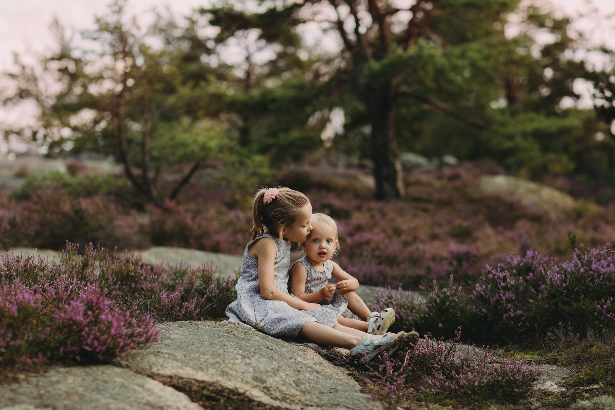 Barnefotografering - Natur, lyng - Fotograf Ida Hvattum