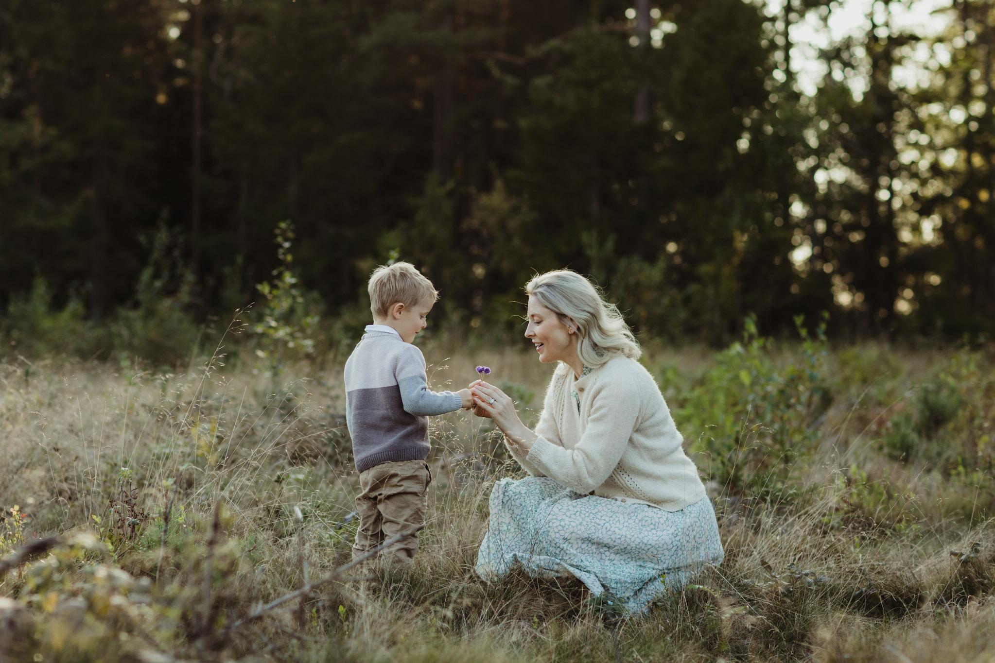 Familiefotografering - natur, lys, skog, mor, sønn - Fotograf Ida Hvattum