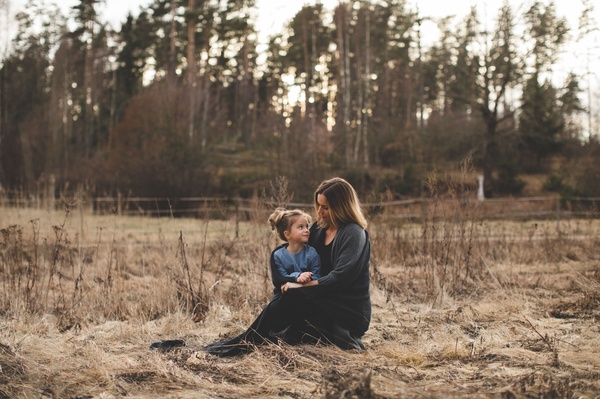 Familiefotografering - natur, lys, skog, mor, datter - Fotograf Ida Hvattum