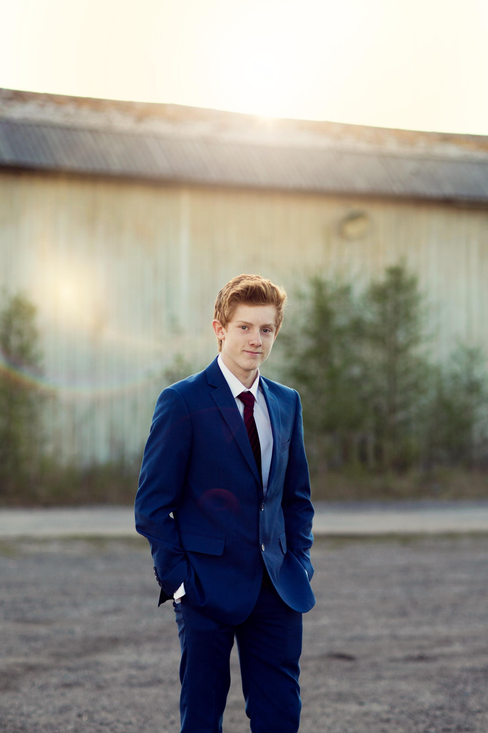 Konfirmasjonsfoto - gutt i dress - Fotograf Ida Hvattum