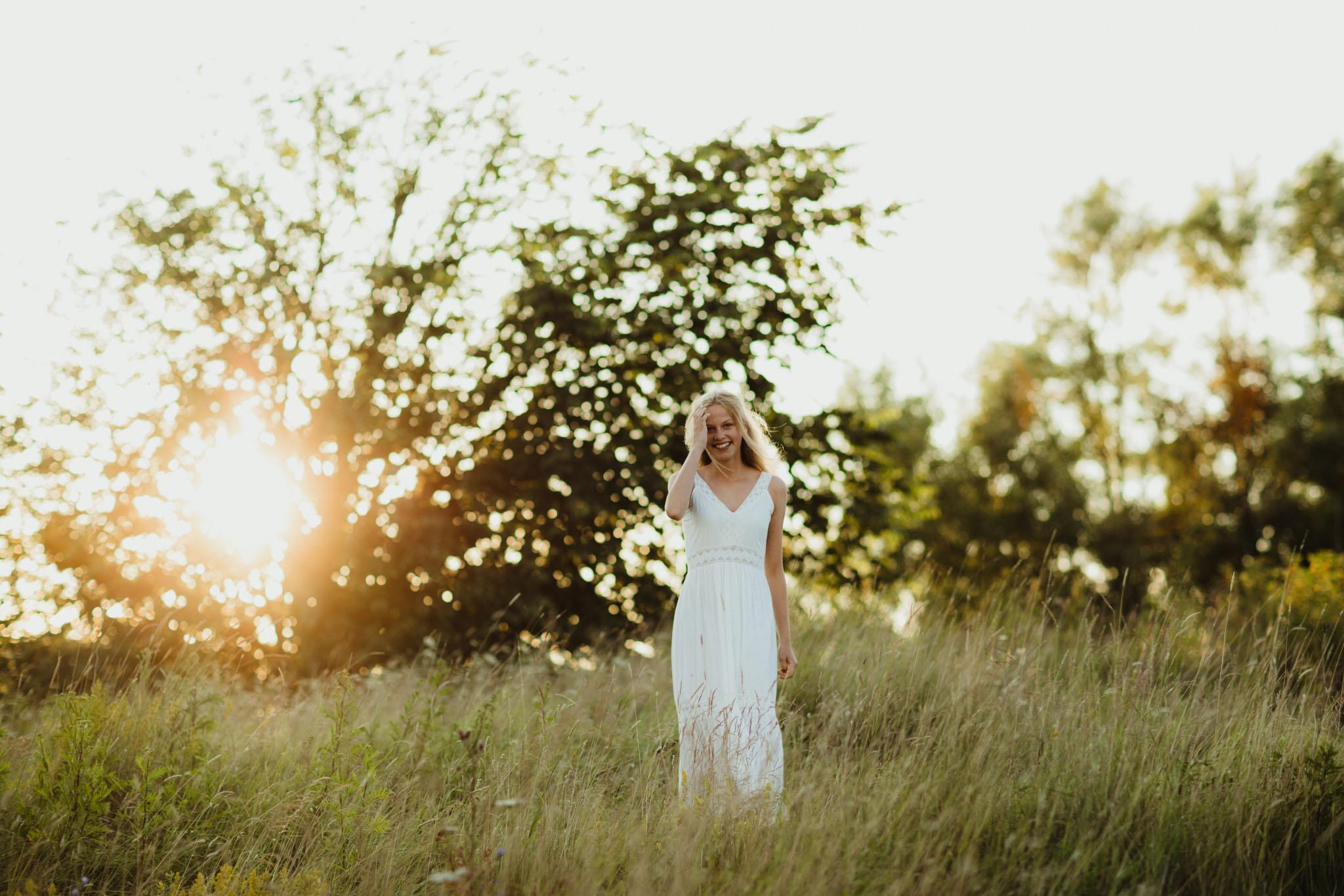 Konfirmasjonsfoto - jente i hvit kjole - Fotograf Ida Hvattum
