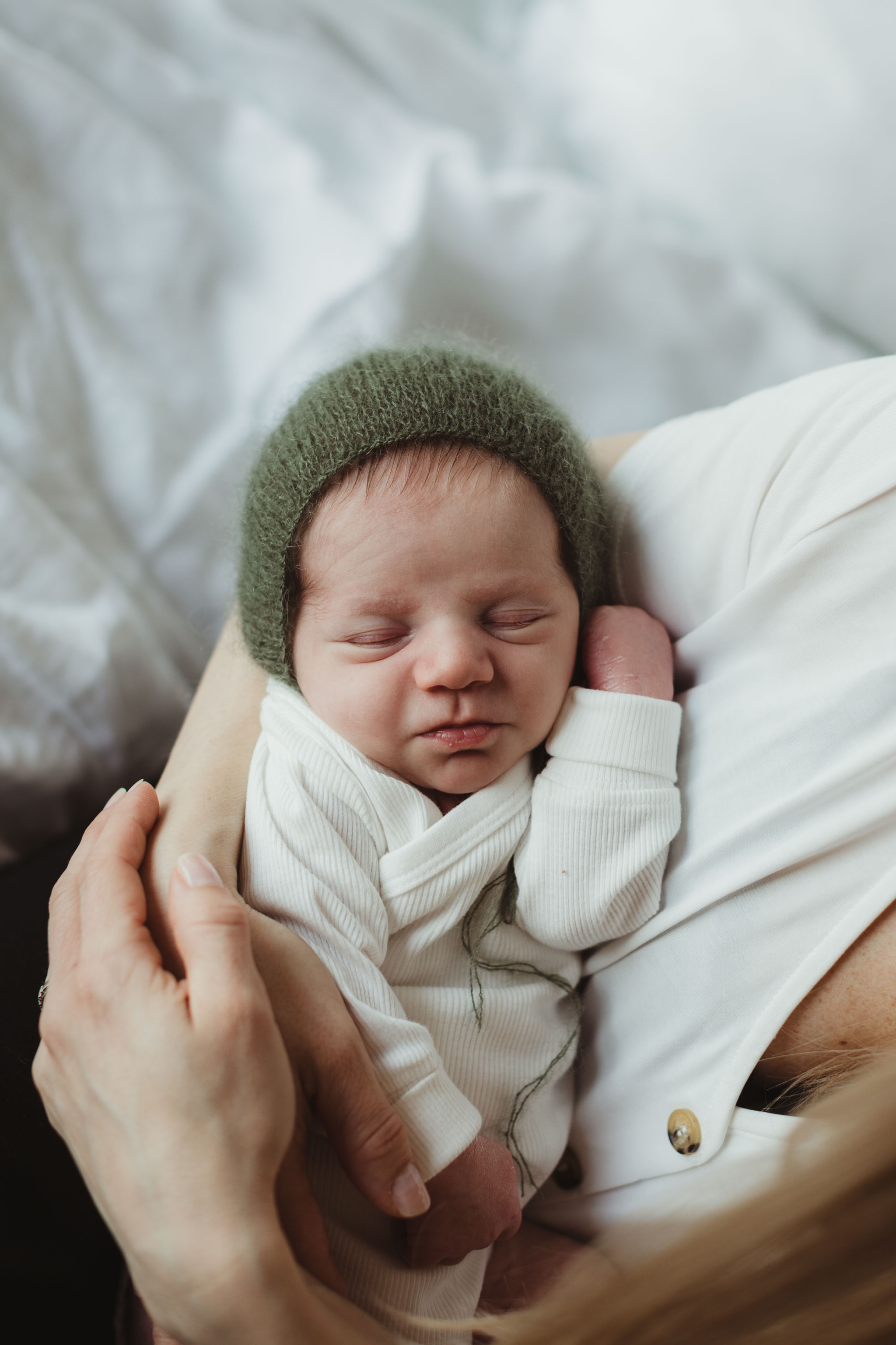 Nyfødtfotografering - Holde sovende - Fotograf Ida Hvattum