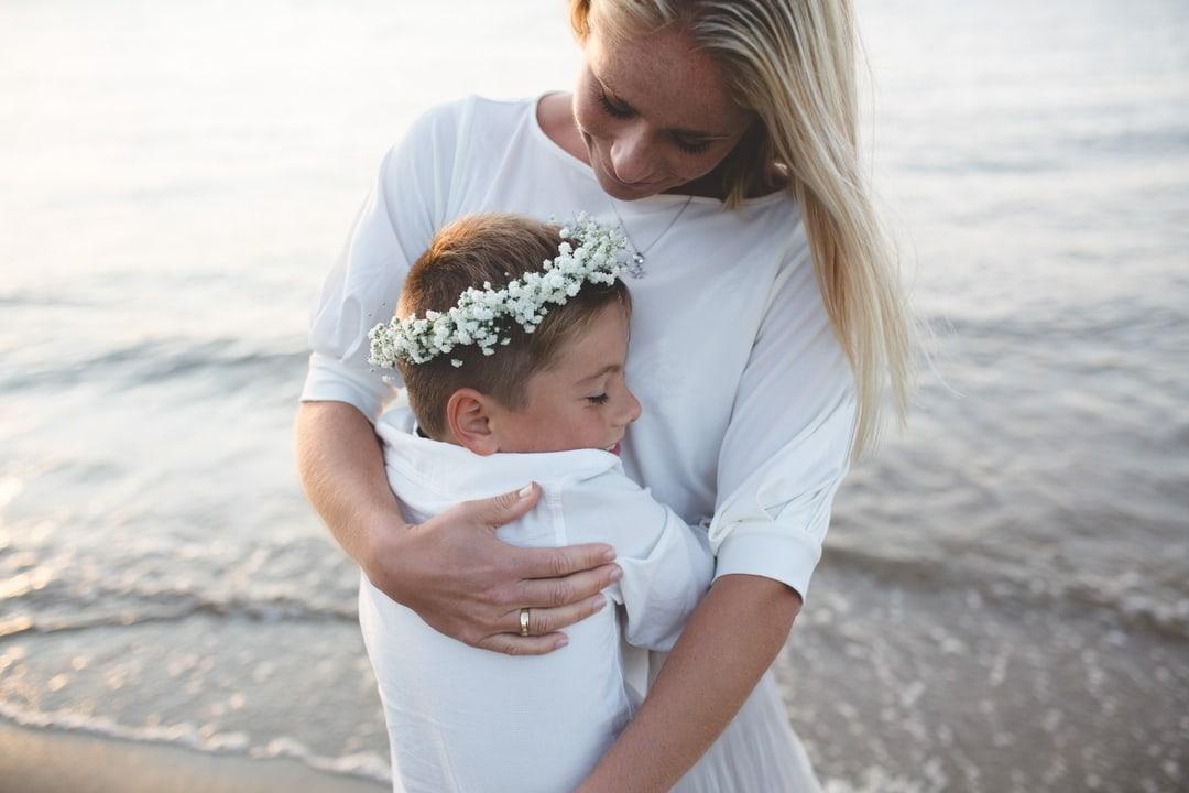 Familiefotografering - natur, lys, sjø, mor, sønn - Fotograf Ida Hvattum