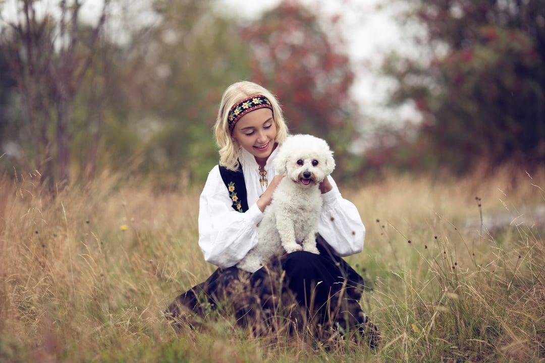Konfirmasjonsfoto - jente i bunad med hund- Fotograf Ida Hvattum