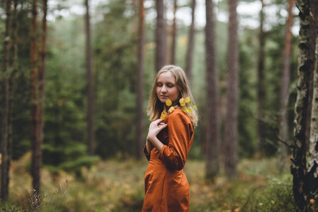 Konfirmasjonsfoto - jente i kjole - Fotograf Ida Hvattum