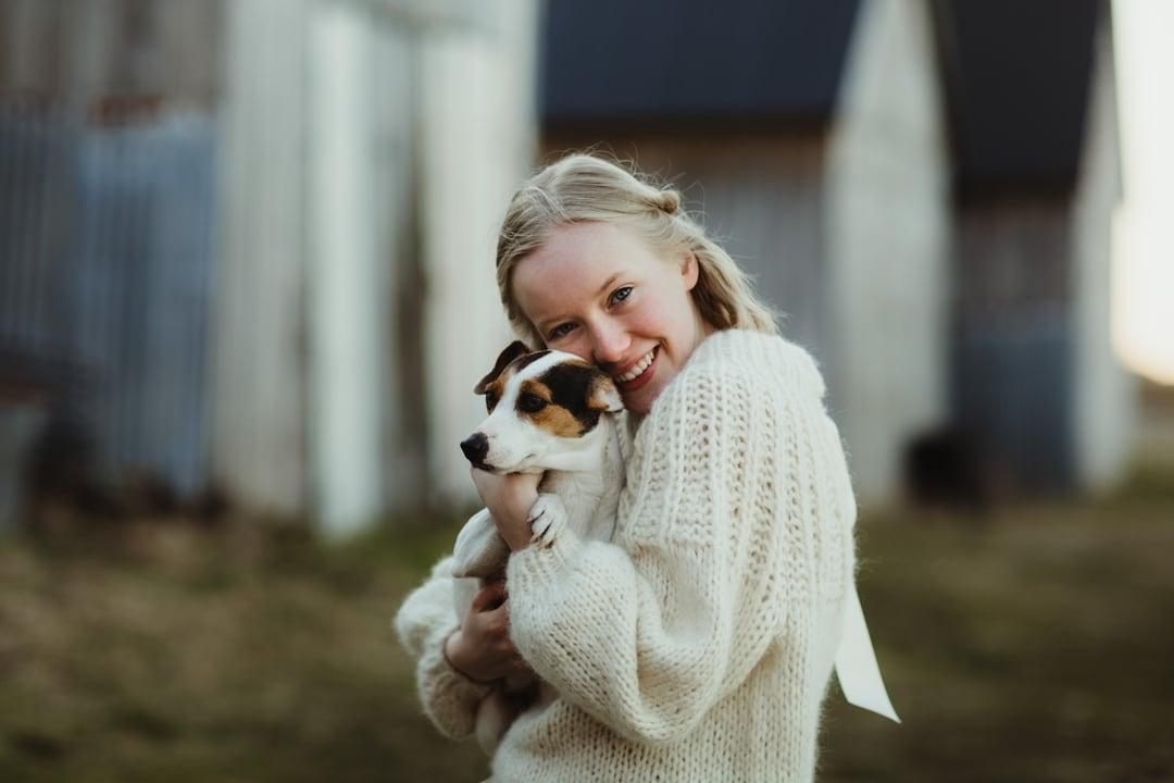 Konfirmasjonsfoto - jente med hund - Fotograf Ida Hvattum