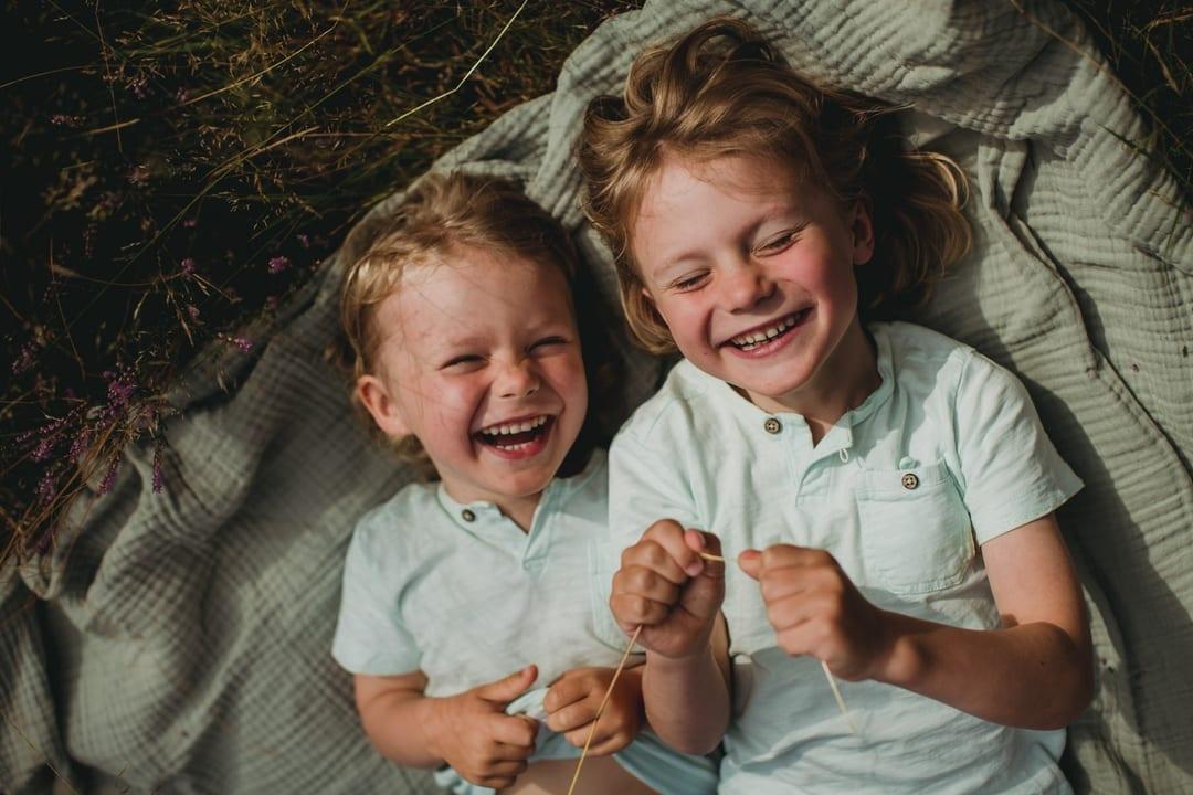 Barnefotografering - Natur, natur, lys, bror søster - Fotograf Ida Hvattum