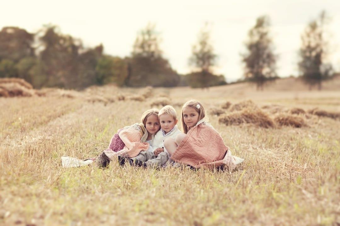 Barnefotografering - Natur, natur, lys, søsken - Fotograf Ida Hvattum