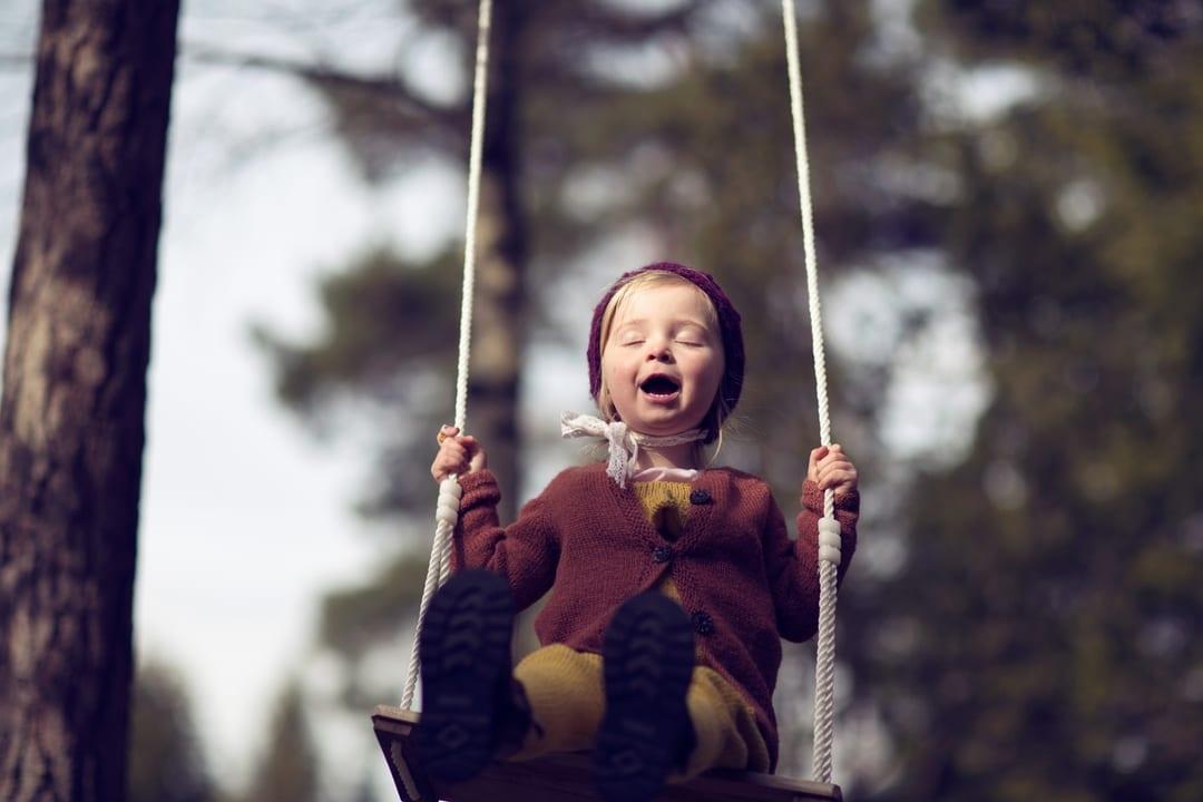 Barnefotografering - Natur, natur, lys, huske, glad - Fotograf Ida Hvattum