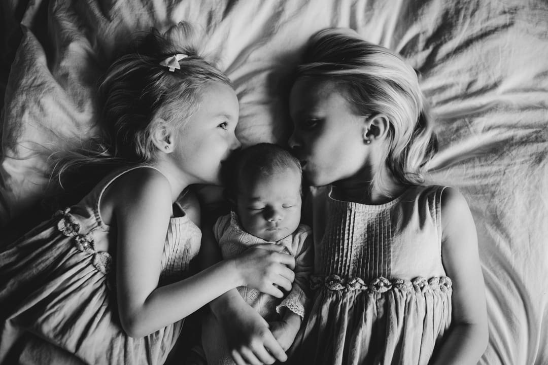 Nyfødtfotografering - seng, søske - Fotograf Ida Hvattum