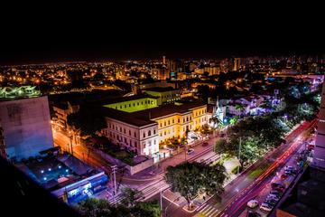 Foto tirada da cidade de Teresina a noite com as luzes coloridas da cidade em destaque