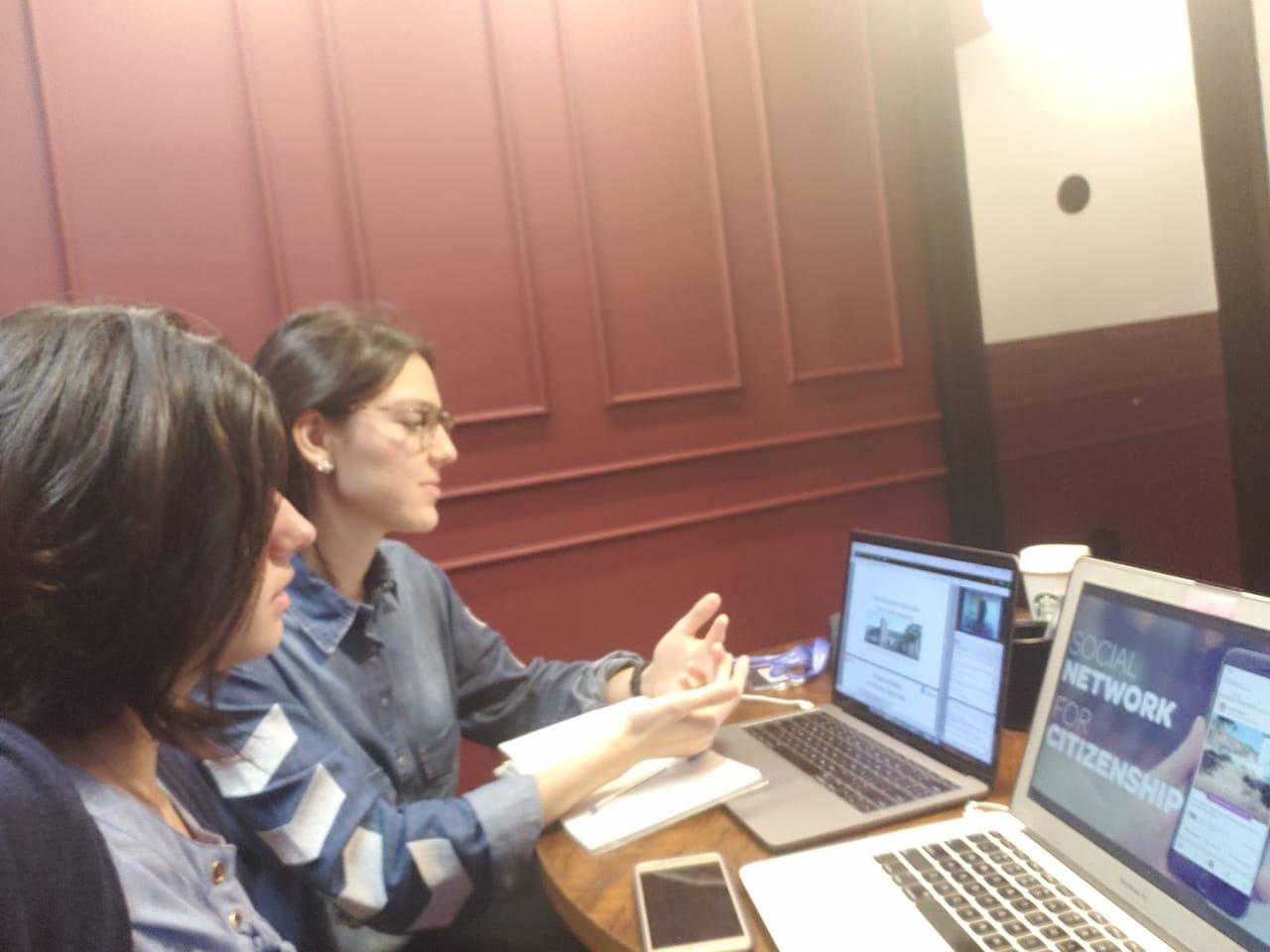 Luiza Jardim e Luiza Barbosa do Colab preparando sua apresentação