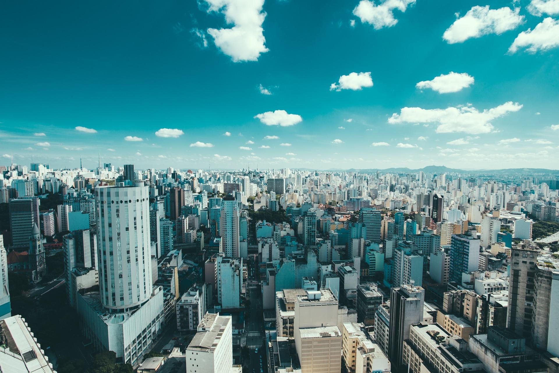 Foto que mostra a vista de cima de uma cidade