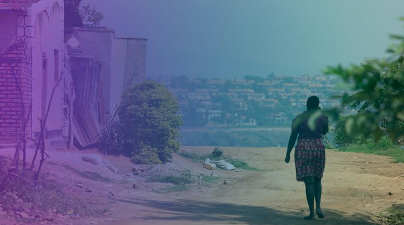 Mulher caminha em um assentamento humano periférico.