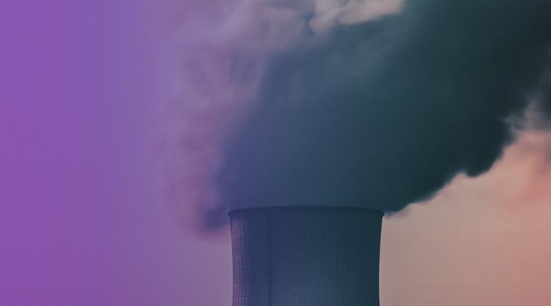 A imagem mostra clássica poluição do ar, apresentando uma chaminé emitindo uma fumaça preta altamente poluente.