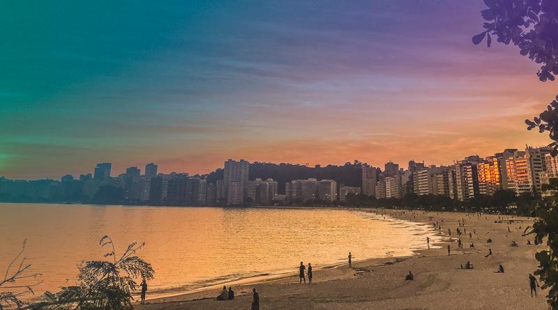 A imagem mostra a cidade de Niterói sendo banhada pelo mar.