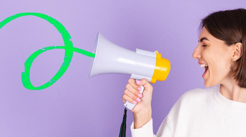 A imagem mostra uma mulher gritando em um megafone.