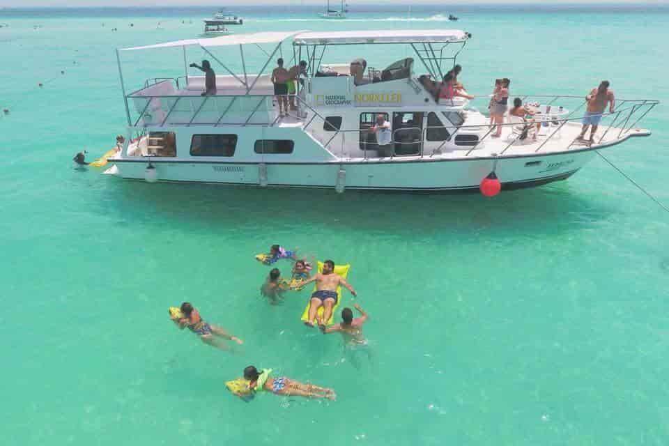 Motorboat Cancun 1