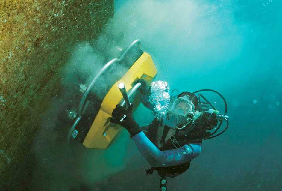 diver to clean boat hull
